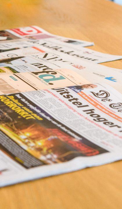 Dagbladen op tafel
